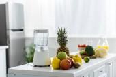 """Постер, картина, фотообои """"вкусные Органические фрукты возле блендера в современной кухне"""""""