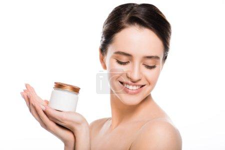 Photo pour Récipient heureux de fixation de jeune femme avec la crème cosmétique et souriant d'isolement sur le blanc - image libre de droit