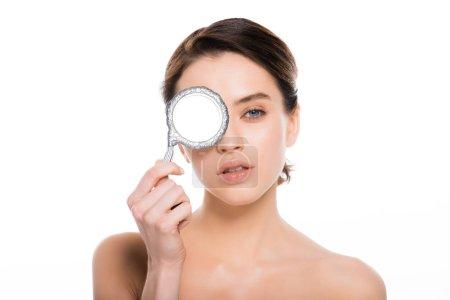 Photo pour Attrayant nu femme couvrant oeil avec miroir isolé sur blanc - image libre de droit