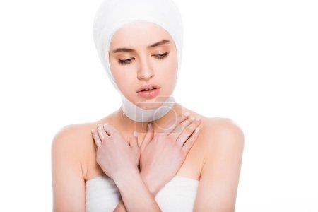Photo pour Jeune femme avec la tête de bandée avec les bras croisés après la chirurgie plastique d'isolement sur le blanc - image libre de droit
