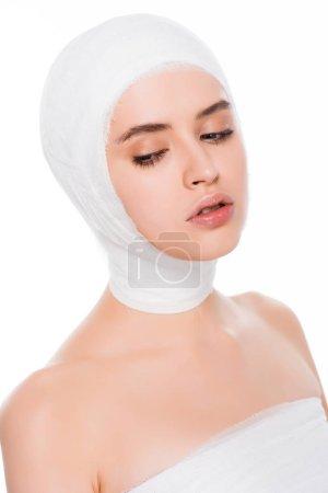 Photo pour Jeune femme avec la tête bandée après la chirurgie plastique d'isolement sur le blanc - image libre de droit