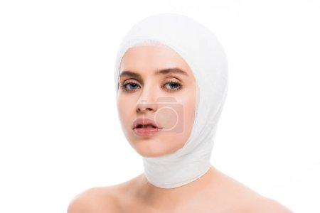 Photo pour Belle fille avec la tête bandée regardant la caméra isolée sur le blanc - image libre de droit