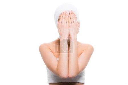 Photo pour Femme avec le visage bandée couvrant la tête avec les mains isolées sur le blanc - image libre de droit