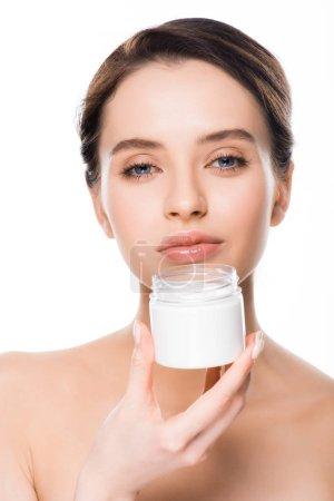 Photo pour Brunette femme tenant récipient avec crème cosmétique isolé sur blanc - image libre de droit