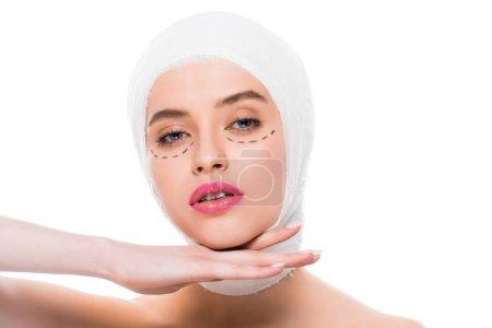 Photo pour Jeune femme avec la tête bandée et les marques sur le visage isolé sur le blanc - image libre de droit