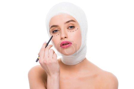 Photo pour Jeune femme avec des marques sur le visage et bandée tête tenant marqueur stylo isolé sur le blanc - image libre de droit