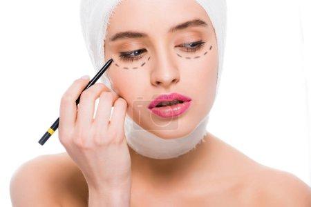 Photo pour Jeune femme avec des marques sur le visage retenant le stylo marqueur isolé sur le blanc - image libre de droit