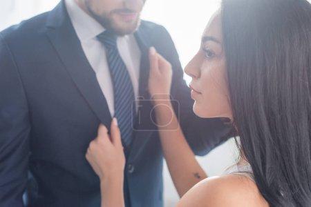 Atrakcyjna brunetka dziewczyna dotykając formalne zużycie Brodaty człowiek
