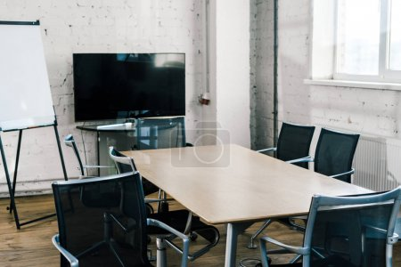 Photo pour Salle de conférence moderne avec table, chaises, écran de télévision et tableau blanc - image libre de droit