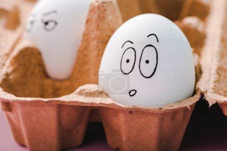 Photo pour Foyer sélectif de l'oeuf avec expression faciale surprise dans le carton d'oeuf - image libre de droit