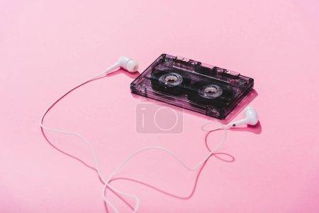 Photo pour Cassette audio vintage avec écouteurs sur rose, concept musical - image libre de droit