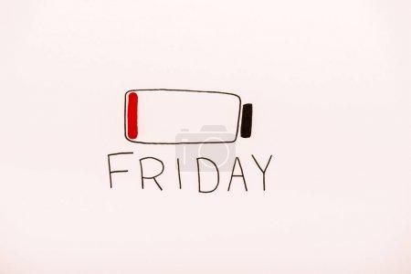 Photo pour Vue du dessus de la batterie rouge Dessin de capacité et lettrage du vendredi sur beige - image libre de droit