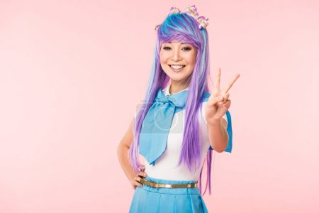 Photo pour Joyful asian otaku girl showing peace sign isolated on pink - image libre de droit