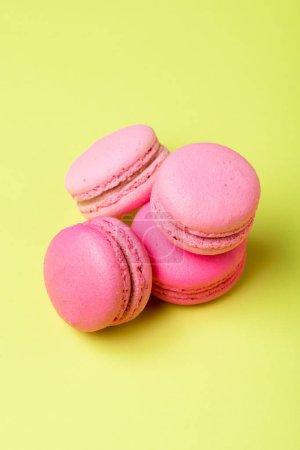Photo pour Macarons roses savoureux avec remplissage sur la surface jaune - image libre de droit