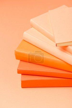 Photo pour Pile de livres rigides colorés sur la surface de la lumière - image libre de droit