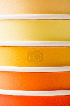 Photo pour Vue rapprochée de gobelets jetables colorés lumineux - image libre de droit