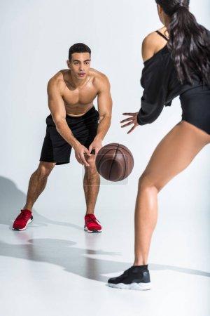 Photo pour Sportif multiculturel homme et femme jouer au ballon sur fond blanc - image libre de droit