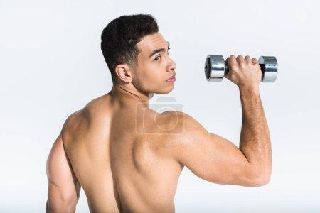 Photo pour Beau homme de course mélangé avec le torse musculaire retenant l'haltère sur le blanc - image libre de droit
