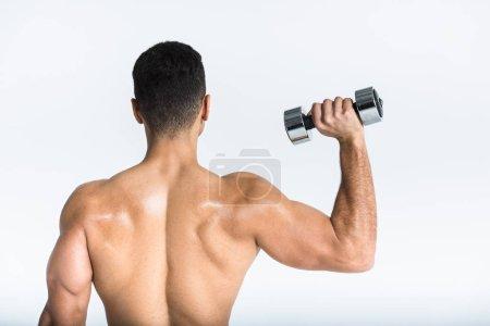 Photo pour Vue arrière de l'homme sportif avec l'haltère musculaire de fixation de torse sur le blanc - image libre de droit