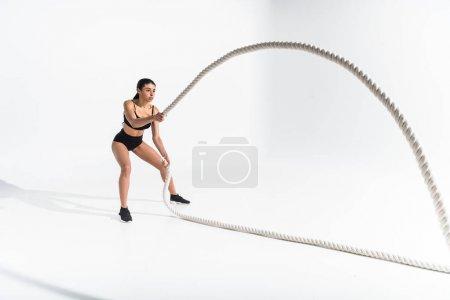 Photo pour Belle formation athlétique afro-américaine fille avec des cordes blanches sur le blanc - image libre de droit