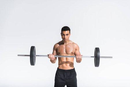 Photo pour Belle course mixte athlétique avec entraînement musclé torse avec barbell sur blanc - image libre de droit