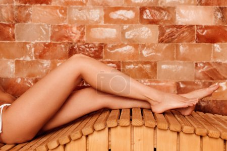 Photo pour Vue recadrée de jeune femme pieds nus dans le centre de spa - image libre de droit