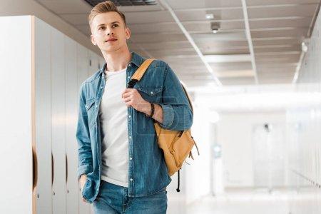 Photo pour Cher étudiant avec sac à dos dans le couloir à l'université - image libre de droit