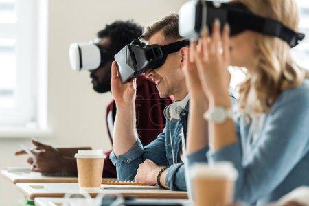 Photo pour L'accent sélectif des étudiants multiethniques utilisant des casques vr à l'université - image libre de droit