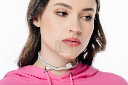 Photo pour Jeune fille pensive avec le câble d'usb sur le cou regardant loin isolé sur le blanc - image libre de droit