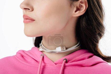 Photo pour Vue partielle de jeune femme avec le câble d'usb autour du cou d'isolement sur le blanc - image libre de droit