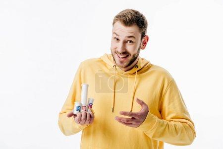 Photo pour Jeune homme excité dans les récipients jaunes de fixation de chandail à capuchon avec des logos de médias sociaux isolés sur le blanc - image libre de droit