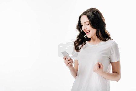 Photo pour Jolie fille gaie en t-shirt blanc à l'aide d'un smartphone isolé sur le blanc - image libre de droit