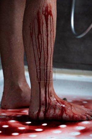 Foto de Vista parcial de la mujer sangrante descalza en el baño - Imagen libre de derechos