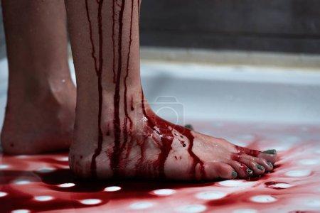Foto de Vista recortada de la mujer sangrante descalza en el baño - Imagen libre de derechos