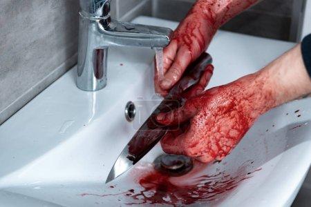 Foto de Vista recortada de cuchillo de lavado asesino en el fregadero después del asesinato - Imagen libre de derechos
