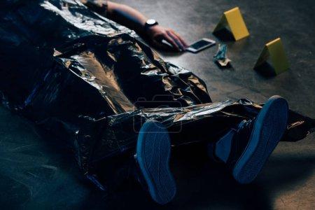 Photo pour Vue partielle du cadavre couvert et des preuves sur les lieux du crime - image libre de droit