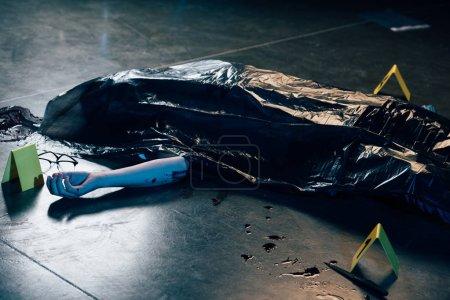 Photo pour Cadavre couvert avec des lunettes sur le sol sur la scène de crime - image libre de droit