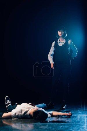 Photo pour Enquêteur en uniforme debout près du cadavre sur les lieux du crime - image libre de droit
