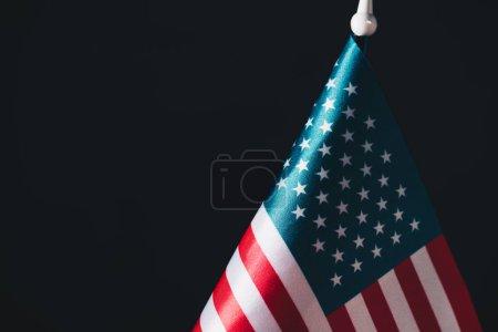 Photo pour Usa drapeau national sur le mât de drapeau isolé sur le noir, concept de jour commémoratif - image libre de droit