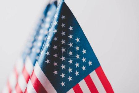 Selektive Fokussierung amerikanischer Nationalflaggen auf graues, gedenktägliches Konzept