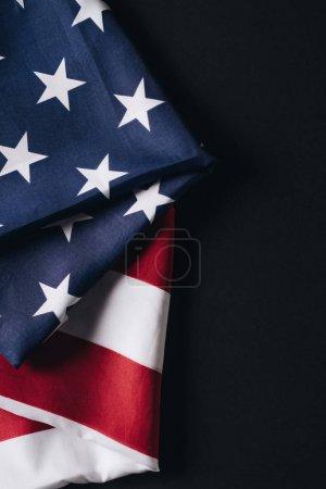 gefaltete Nationalflagge der Vereinigten Staaten isoliert auf schwarz, Konzept für den Gedenktag
