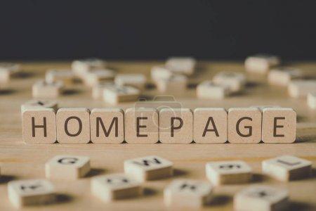 Photo pour Foyer sélectif de mot page d'accueil faite de cubes entourés de blocs avec des lettres sur la surface en bois isolé sur noir - image libre de droit