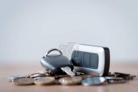 Photo pour Clés de voiture et pièces de monnaie en métal sur la surface en bois isolée sur le gris - image libre de droit