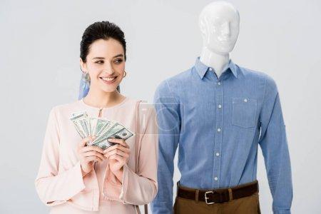 Photo pour Belle fille de sourire près du mannequin retenant l'argent d'isolement sur le gris - image libre de droit