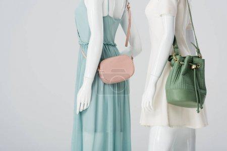 Photo pour Mannequins avec sacs et robes isolés sur gris - image libre de droit