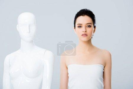 Photo pour Jeune femme attirante dans la pose blanche avec le mannequin d'isolement sur le gris - image libre de droit