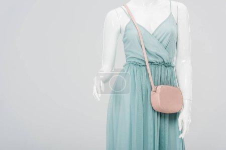 Photo pour Mannequin avec le sac et la robe d'isolement sur le gris avec l'espace de copie - image libre de droit