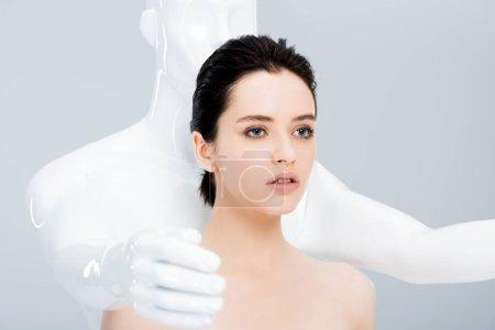 Photo pour Jeune femme attirante posant avec le mannequin d'isolement sur le gris - image libre de droit