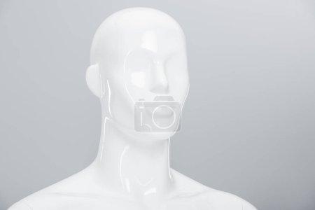 Photo pour Poupée mannequin en plastique blanc sur gris avec espace de copie - image libre de droit