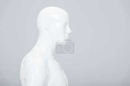 Photo pour Mannequin en plastique blanc isolé sur gris avec espace de copie - image libre de droit